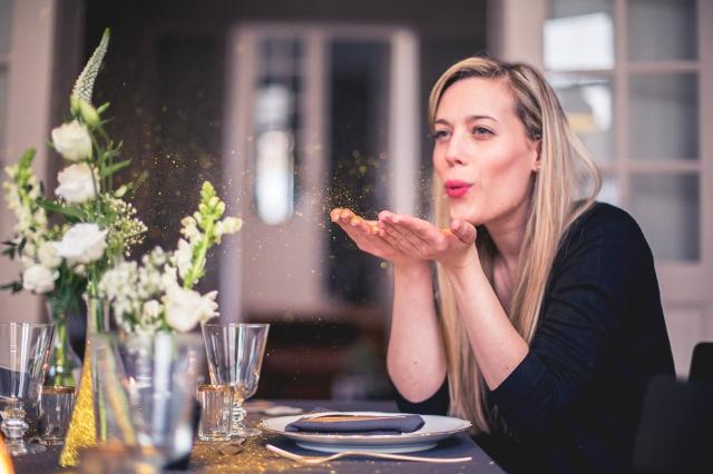4-Pluie de pailletes sur une table que j'avais décorée - Elodie Deceuninck